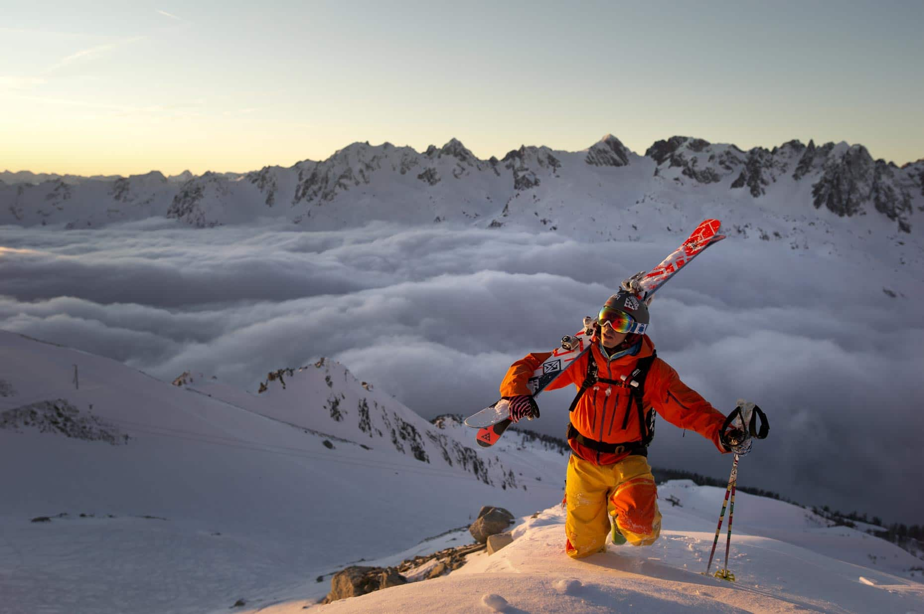 Udsigt over de sneklædte bjerge i Chamonix.