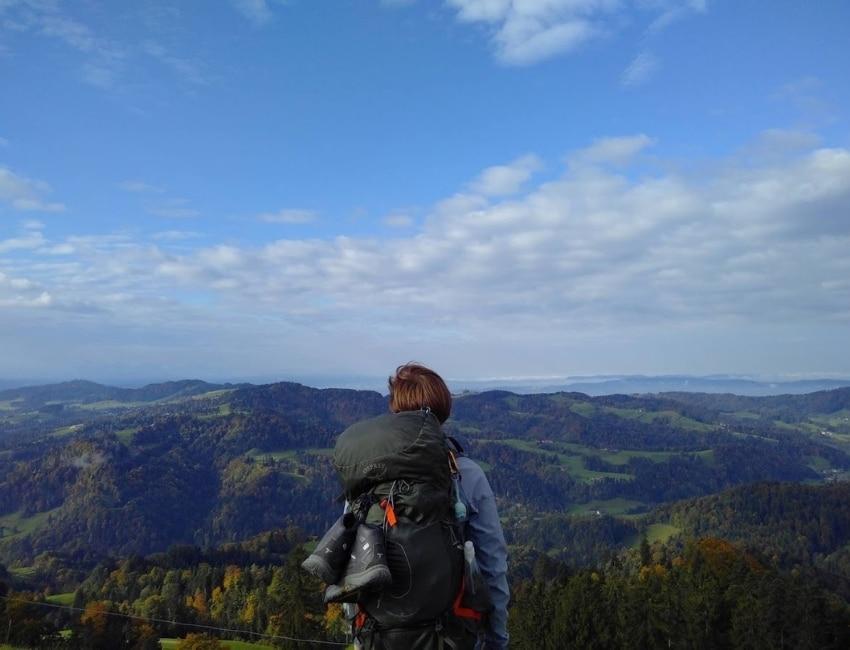 Anders Braun ser udover bjergterræn