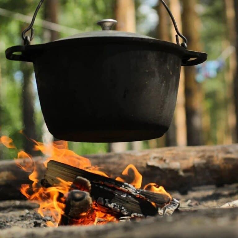 Bålgryde hænger i bålstativ over ild