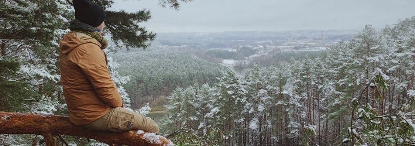 Mand på en gren der nyder vinterfriluftsliv