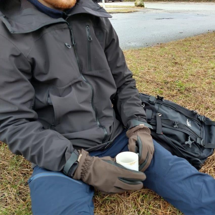 Anders Braun nyder en kop kaffe iført Helly Hansen Odin Mountain Softshell Jakke