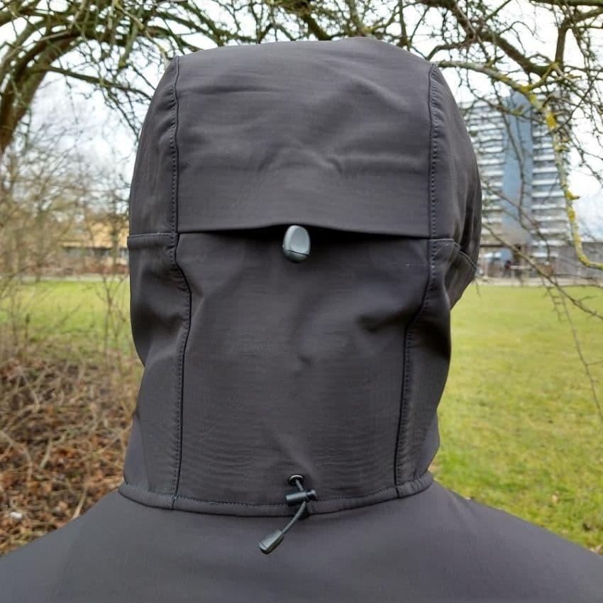 Justerbar hætte på Helly Hansen Odin Mountain Softshell jakken