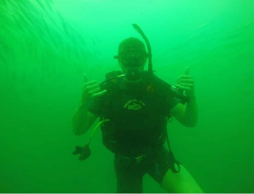 Hjalte Riis dykker med dykkerudstyr