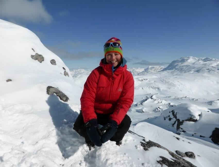 Lea Andersen i forgrunden og sneklædte bjerge i baggrunden