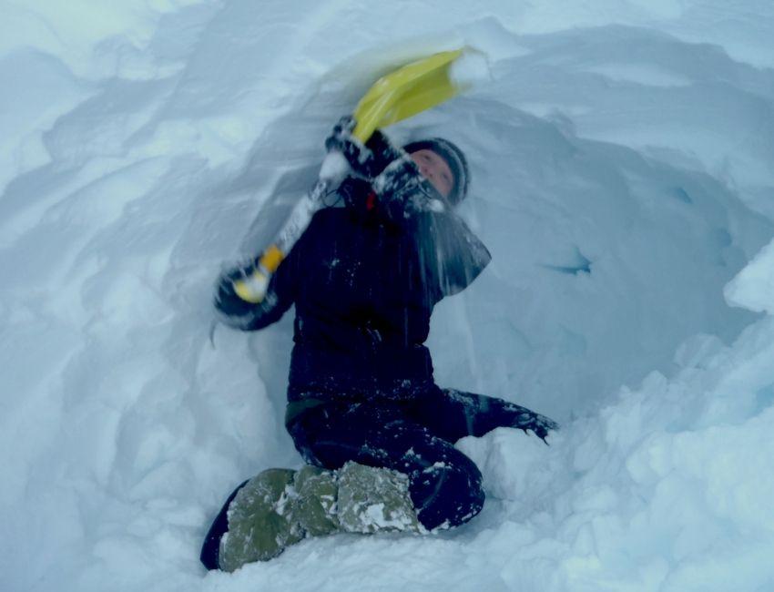 Line Skov bygger en snehule