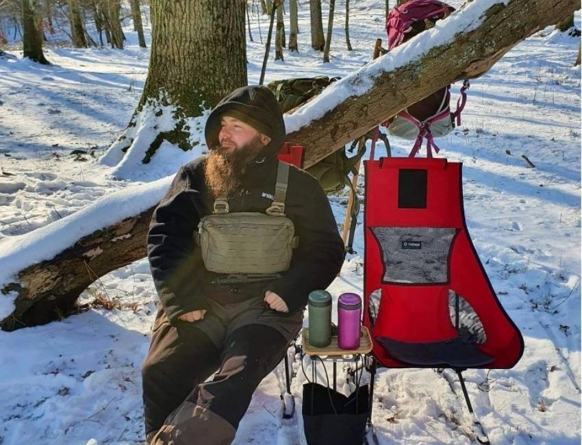 Mikkel Vedel sidder på en stol
