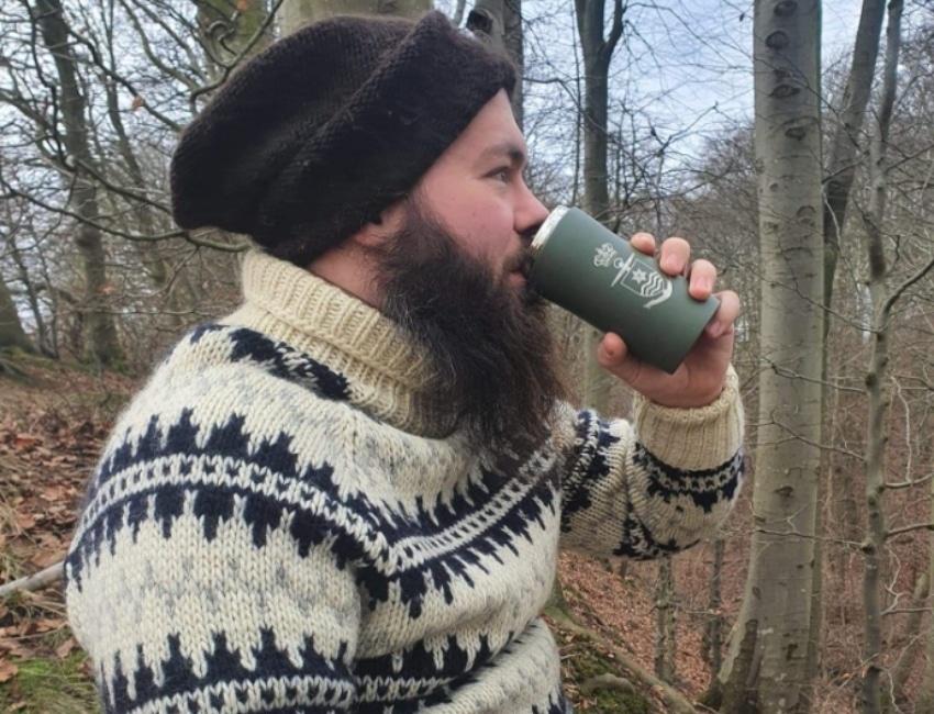 Mikkel Vedel drikker kaffe fra en termokop