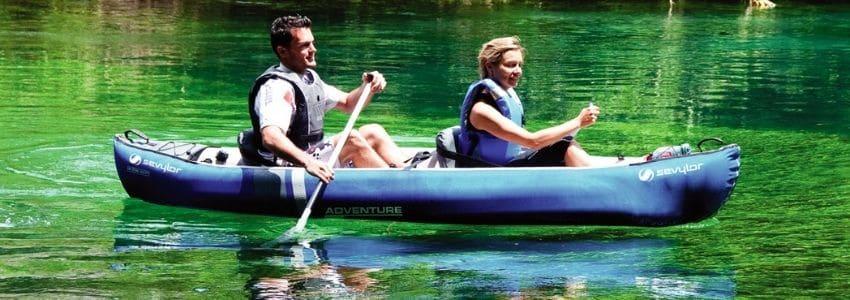 Mand og kvinde i en oppustelig kano