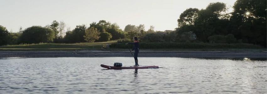 Oppusteligt paddleboard på hav