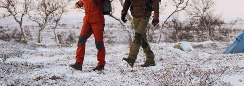 Mand og dame iført outdoor bukser