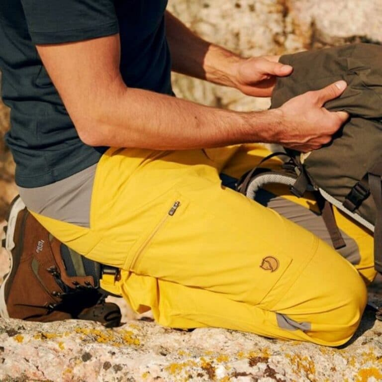 Mand med gule outdoor bukser