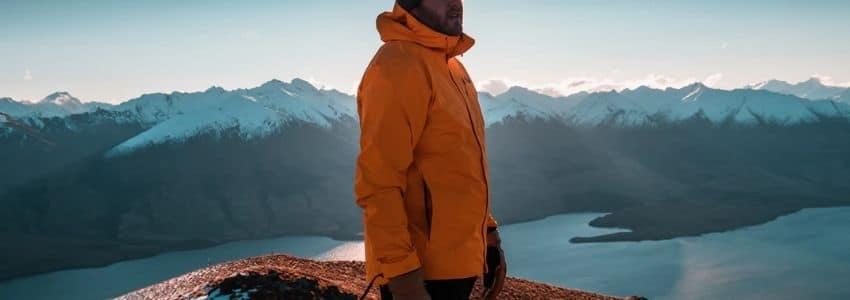 Mand iført orange outdoor jakke