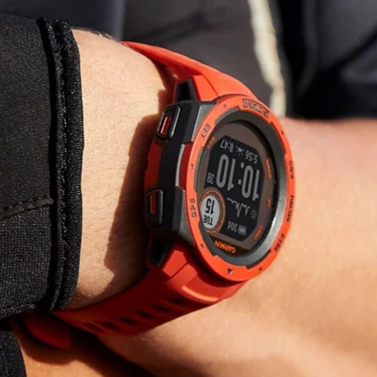 Mand med orange outdoor ur