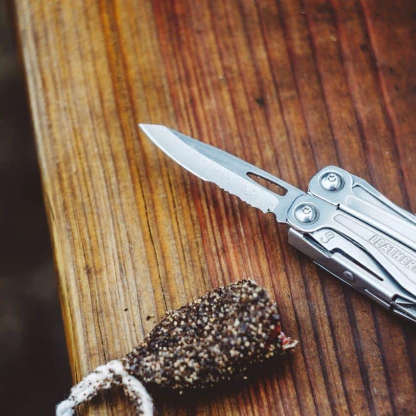Schweizerkniv på bord