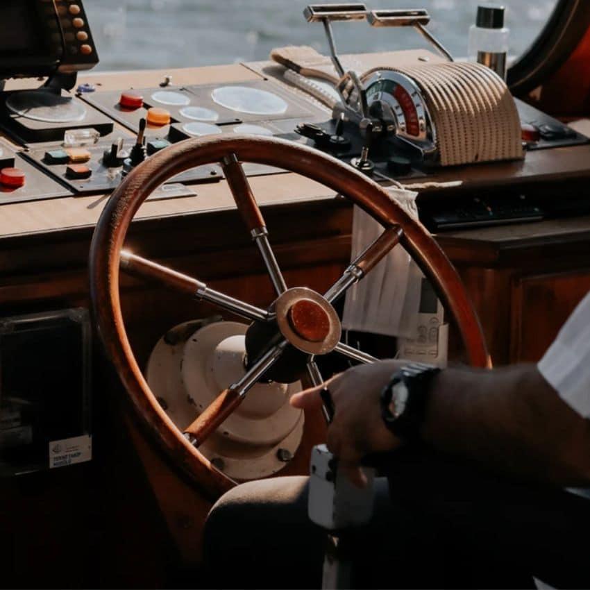 Brunt skibsrat på en båd