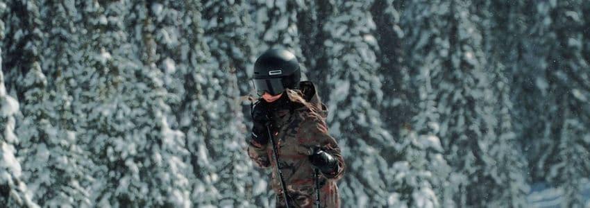 Dame ifør skihjelm med visir