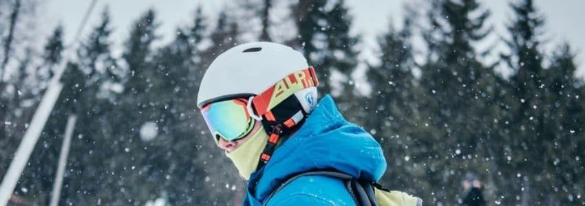 Mand med hvid skihjelm