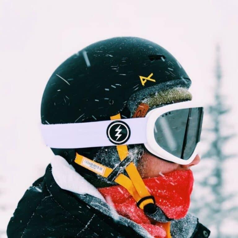 Mand iført sort skihjelm
