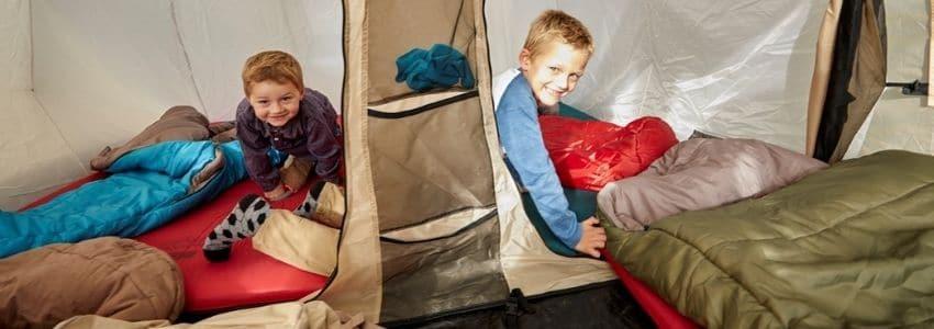 To børn der ligger i sovepose til børn