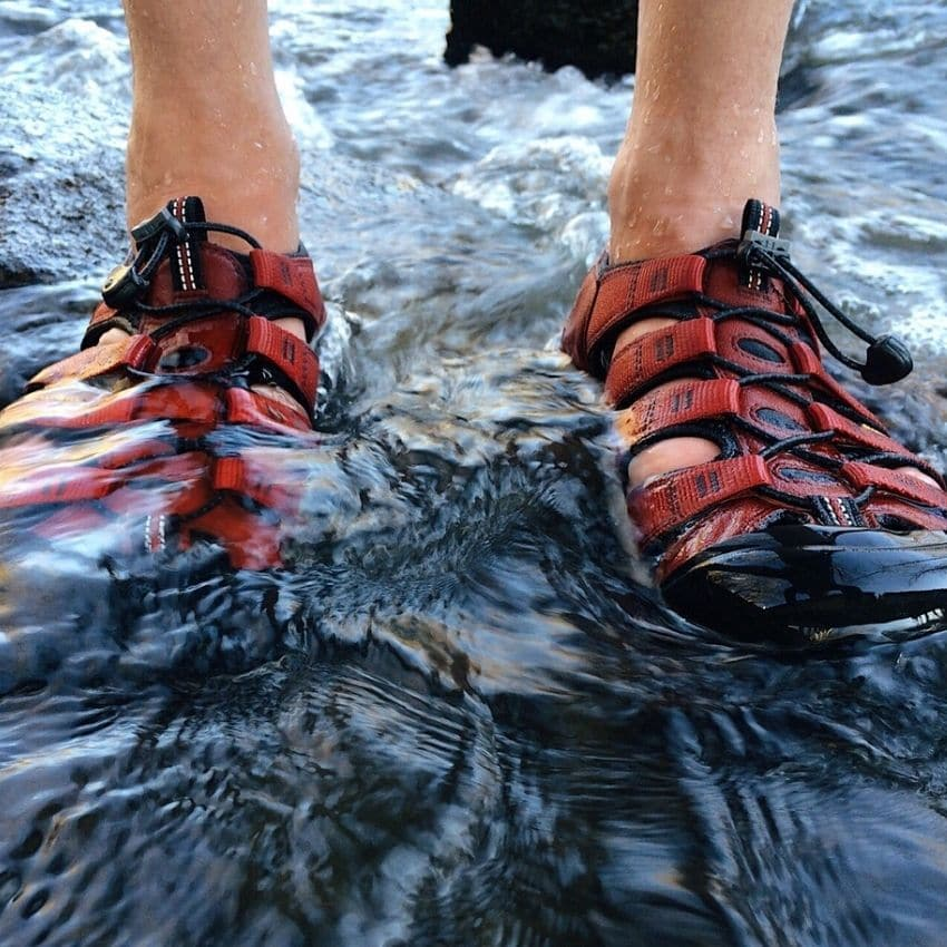 Røde vandresandaler i vand