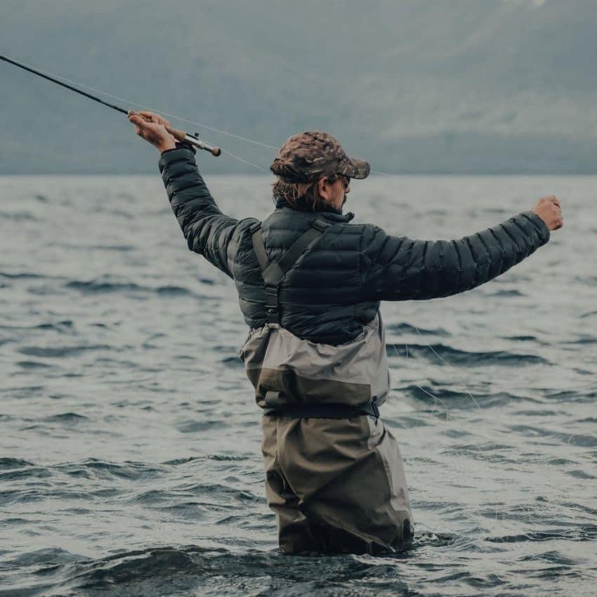 Fisker iført waders